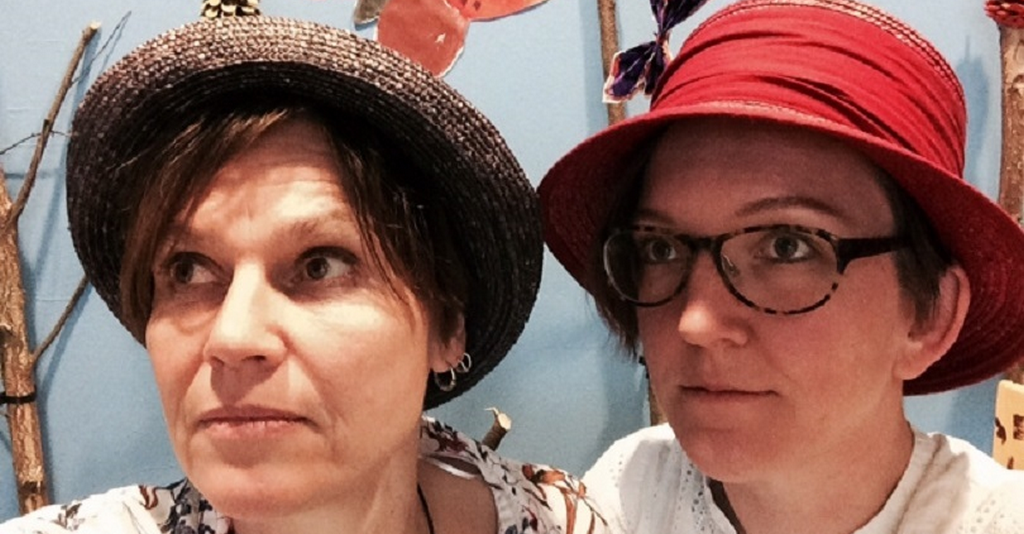 Elisabeth Niskakari och Maria Schedvin klädda i hattar.