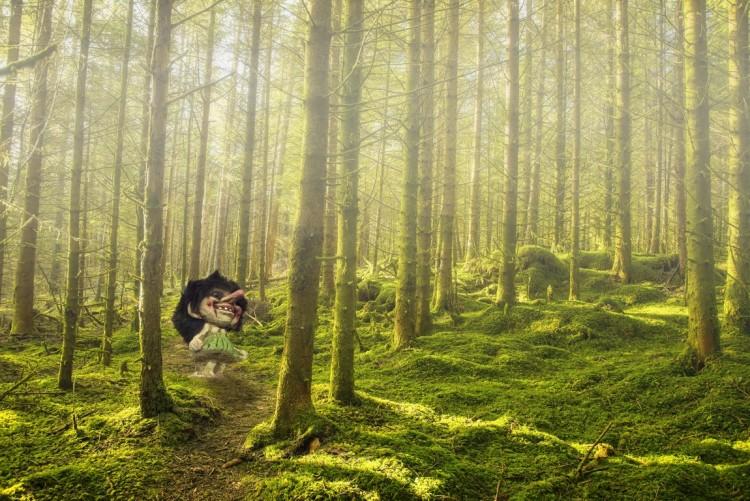 Troll står mitt inne i trollsk skog.