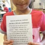 Elev visar upp sin text.