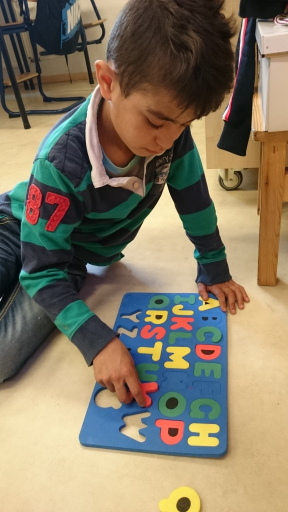 Elev jobbar med bokstäver.