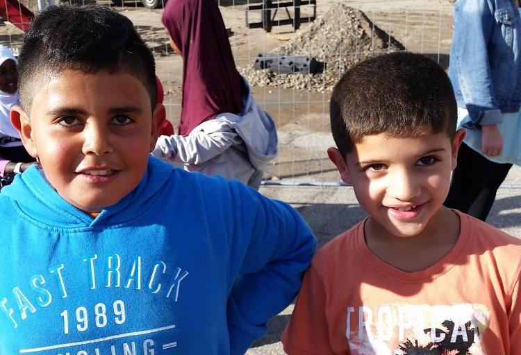Två barn redo för lopp.
