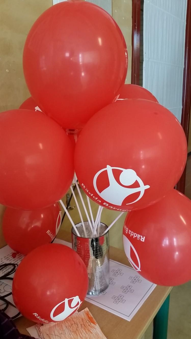 Röda ballonger i knippe.