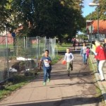 Elev springer på gångbana.