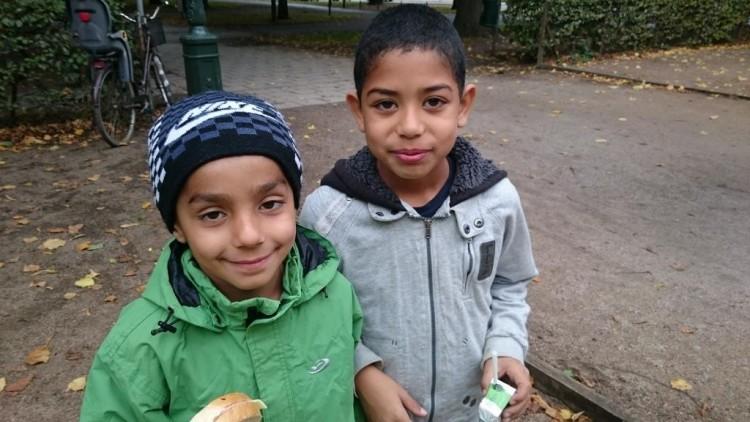 Två barn äter mellanmål.