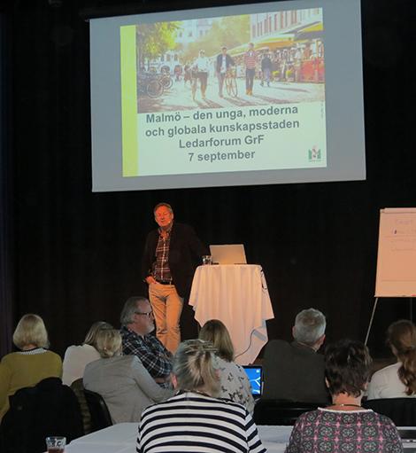 Grundskoledirektör Anders Malmquist framför projicerad presentation.