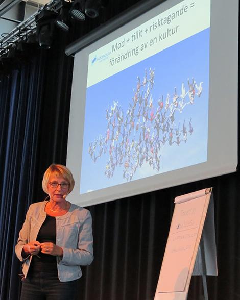 Ann-Christin Wennergren framför projicerad presentation.