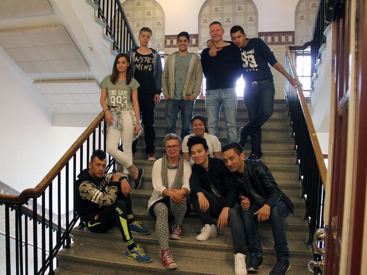Lärarna Petra Metz och Joakim Dahlin omgivna av Sfi Ung-elever på Pildammsskolan.