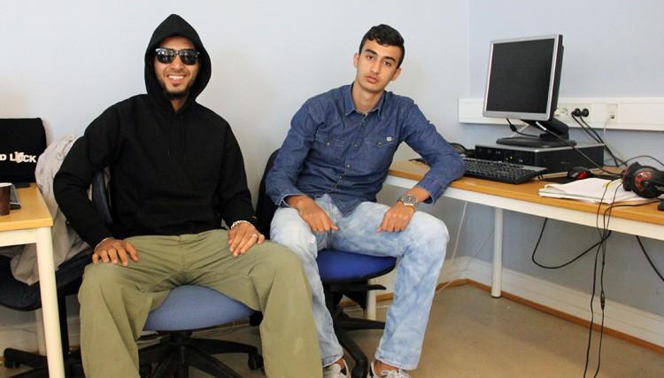 Två elever vid dator.