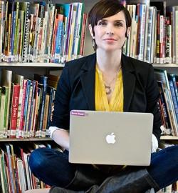 Bonnie Stewart med dator i knäet.