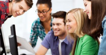 Elever tittar in dataskärm.