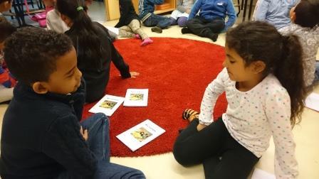 Barn sitter på golvet.