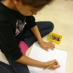 Barn jobbar med sin text.