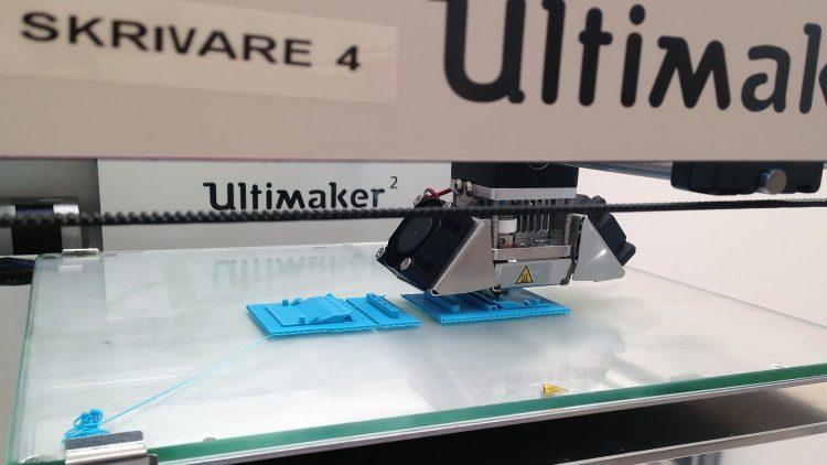 3D-skrivare skriver ut med blå plast.