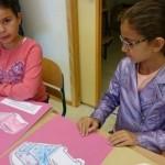 Barn jobbar med sina teckningar.