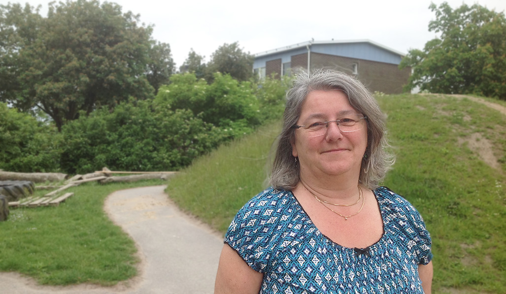 Ingrid Olsson framför backe på skolgården.
