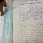 Barn pekar på text och teckning.