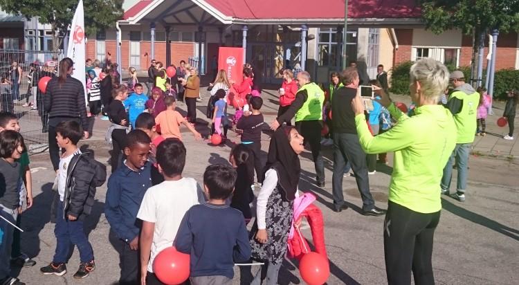Barn samlas utanför Rosengårdsskolan.
