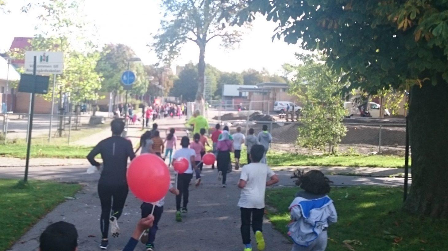 Barn springer på gångbana.