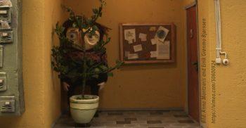 Animerad figur gömmer sig bakom träd.
