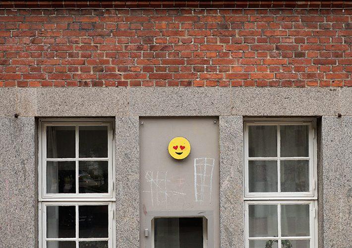 Smiley med hjärtögon på väggen.