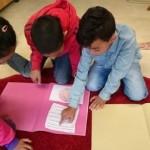 Elever jobbar med sina texter i klassrummet.