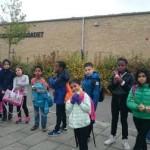 Barn samlade utanför skola.