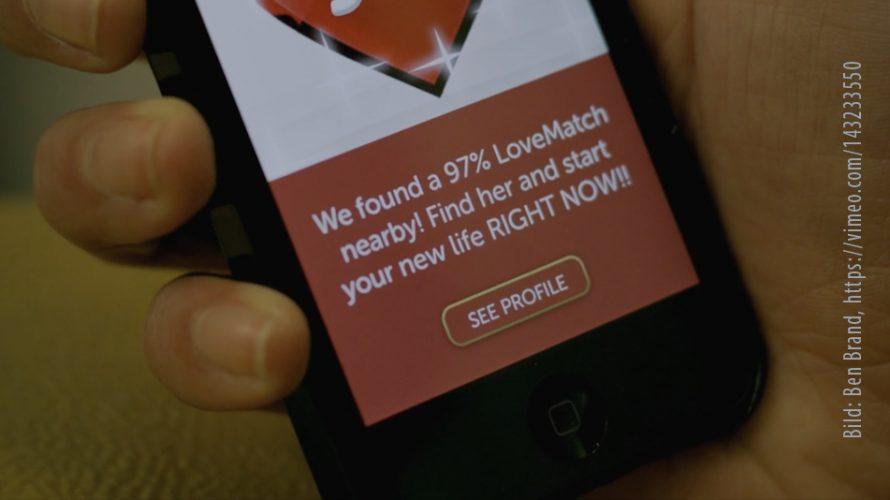 Hand håller upp telefon där en kärleksmatchning har gjorts.