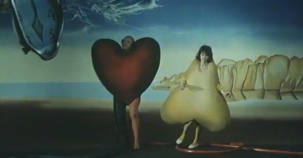 Man klädd som hjärta och kvinna som päron.