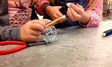 Elever gör modeller av ståltråd.