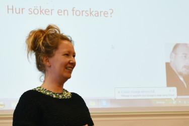 Kvinna framför presentation.