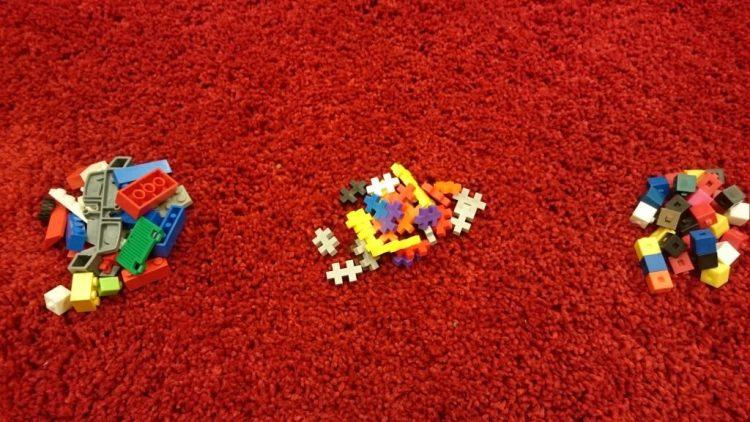 Lego och plusplus ligger på matta.