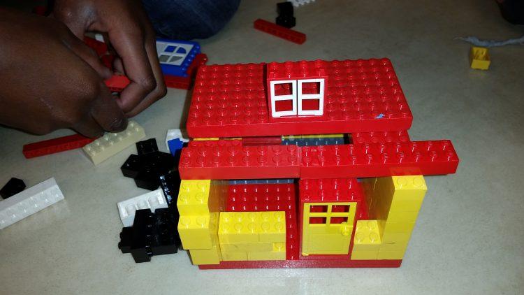 Hus byggt av lego.
