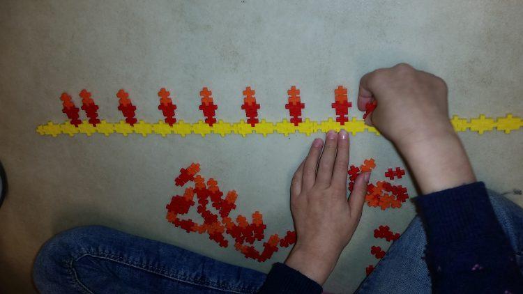 Barn bygger plusplus.