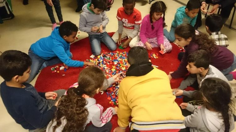 Barn bygger lego.