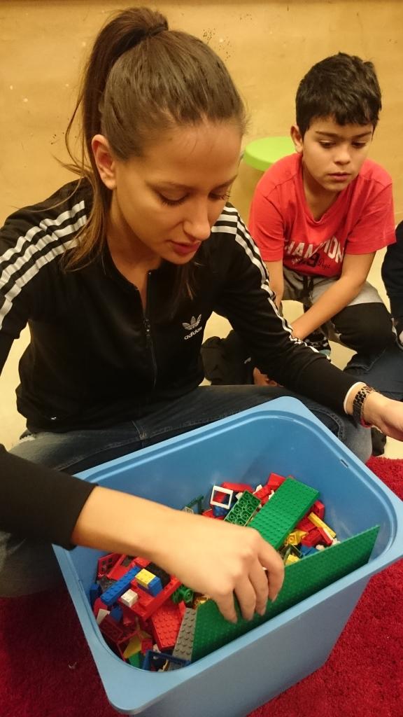 Barn plockar fram lego.