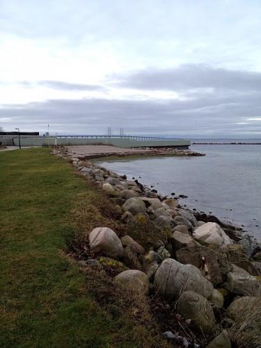 Sibbarps kallbadhus syns vid havslinje.