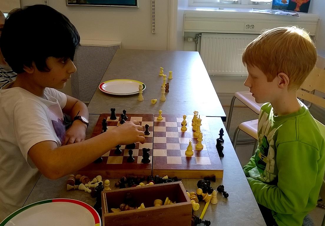 Barn spelar schack.