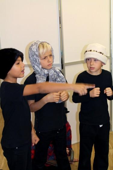 Tre barn spelar teater.