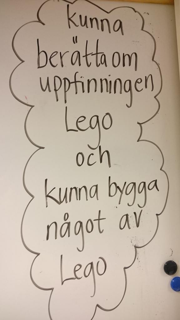 Instruktion och mål skrivet på whiteboard.