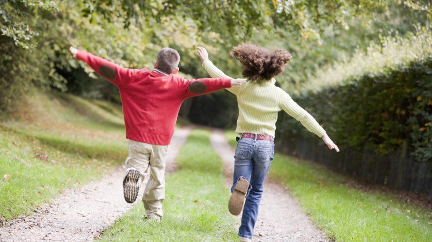 Barn springer på grusad väg.