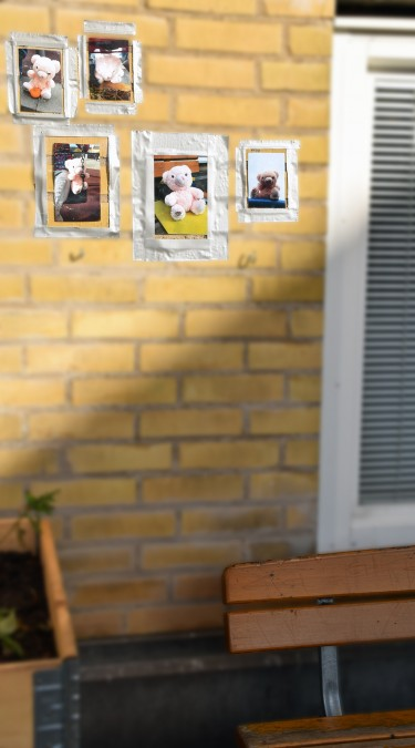 Bilder av nallar sitter uppsatta på vägg.