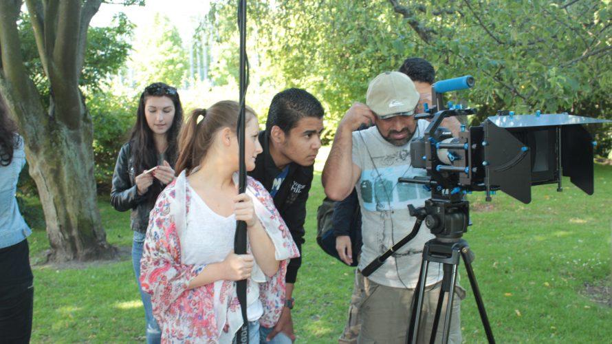 Man filmar med kamera och en kvinna håller i mikrofon.