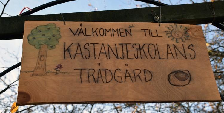 Skylt som välkomnar till Kastanjeskolans trädgård.