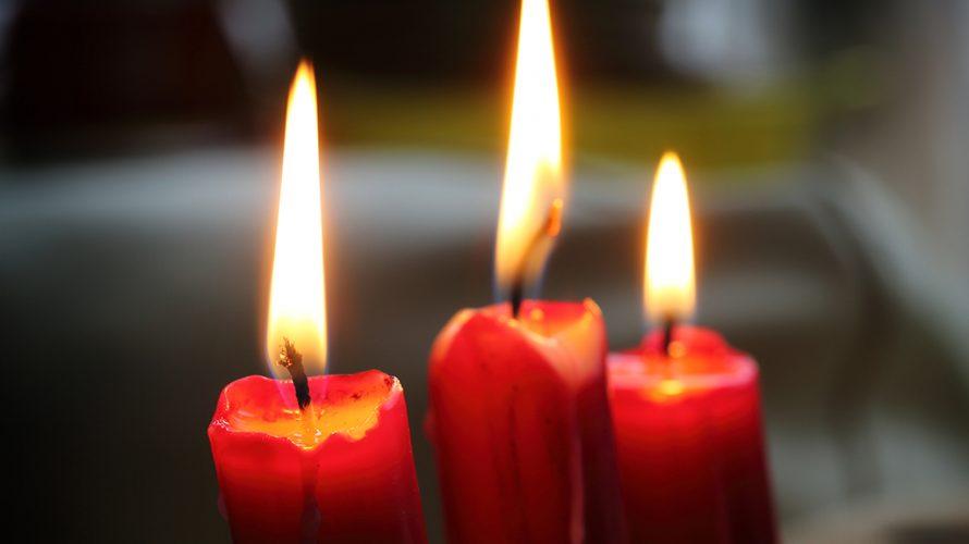Tre röda ljus är tända.