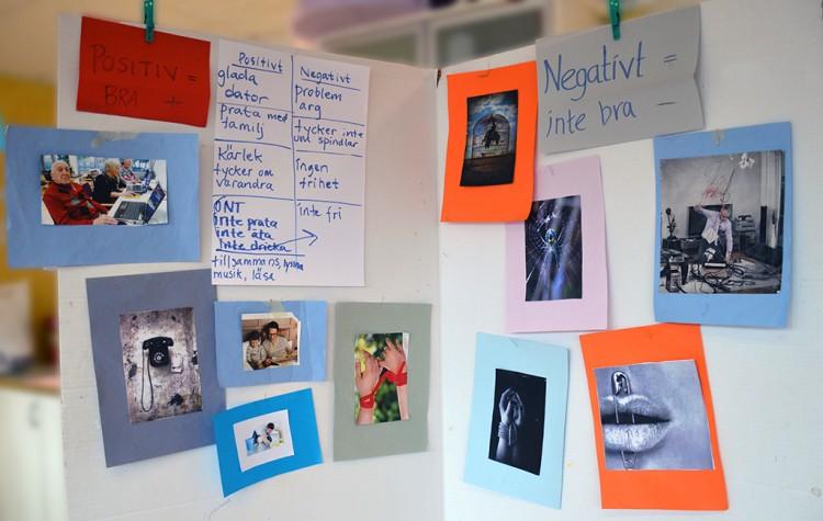 Texter och bilder uppsatta på vikvägg.