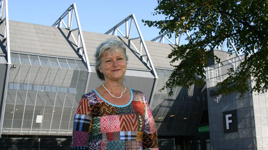 Kvinna framför Swedbank Stadion.
