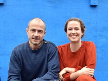 Ulf och Jenny framför blå vägg.
