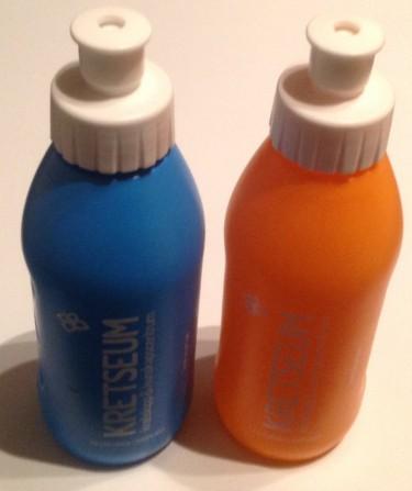 Två vattenflaskor.