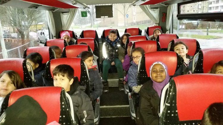 Barn i buss.