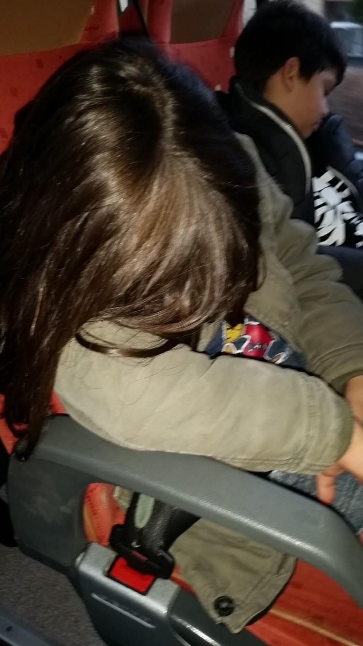 Barn sover på buss.